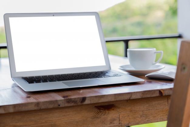 portatil-con-la-pantalla-en-blanco-sobre-una-mesa-de-madera-y-una-taza-de-cafe_1232-1225